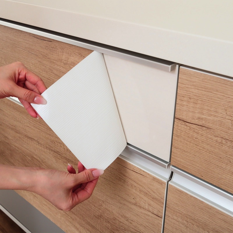 本物の木のような質感。家具、小物、塩ビ素材の壁紙にも直接貼れる上質感のあるリメイクシートです。