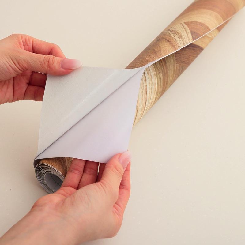 裏面シールで簡単貼り付け
