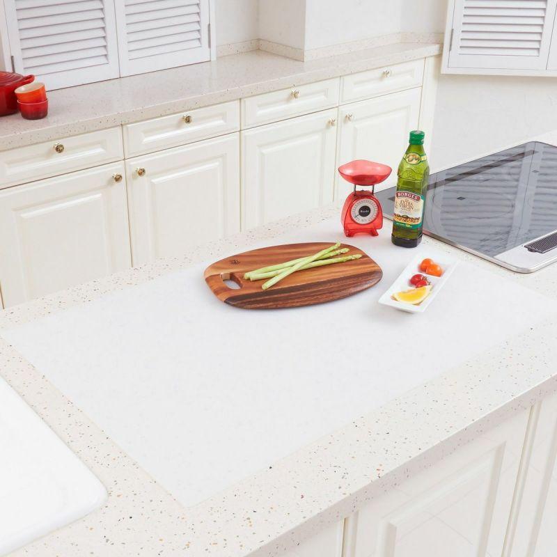 調理台をキズや汚れから保護するシリコン製のマット。60×90㎝サイズ。