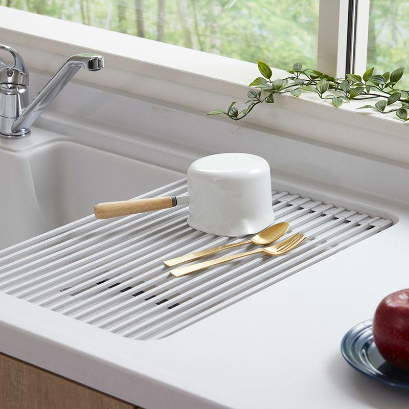 キッチンの限られたスペースを広々使える水切りラック。使う時だけシンクに広げ、使わない時にはコンパクト収納。