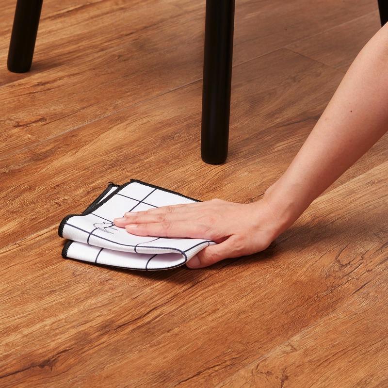 床の食べこぼしもさっと拭き取れます。