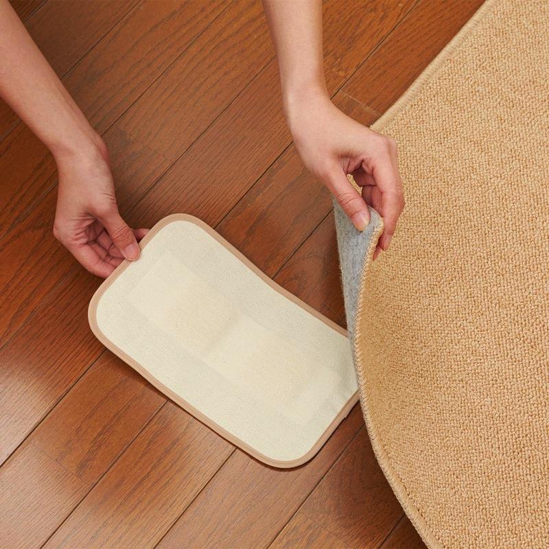 マットの表面はダニが集まりやすい布製。(商品表面に黒い点々が見えることがありますが、異物ではなく生地の素材になります。)日本国内の縫製工場で1点1点丁寧に縫製加工しています。