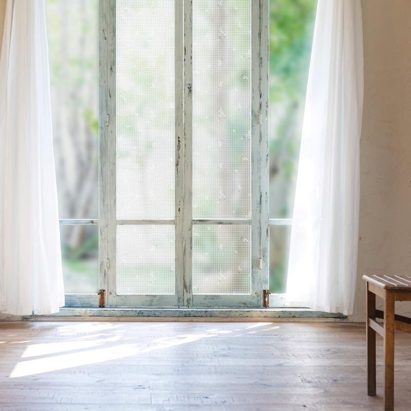 窓ガラスに貼ることで断熱、結露対策、UVカット。すりガラスにも貼れる断熱シート。