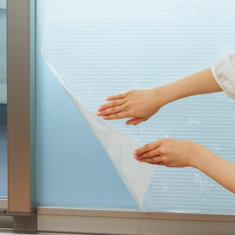 水もテープも不要で手間がかからない全面粘着シート。2重貼りできるのでさらに断熱効果アップが期待できます。(事前に窓等の開閉ができることをご確認ください)