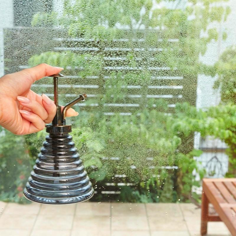 事前に窓を濡らしておくと位置合わせがしやすく女性1人でも貼り付けられます。