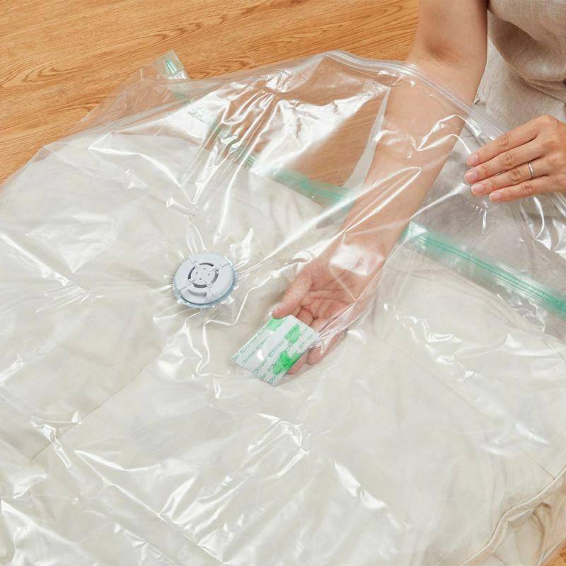 天然ハーブのダニ駆除シート付き圧縮袋です。