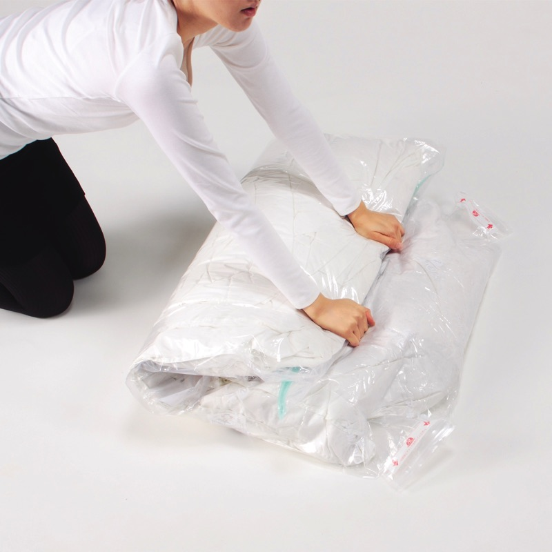掃除機を使わず手で空気を押し出すだけ。大きめの2箇所の脱気口で女性でもスムーズな空気抜けを実現しました。