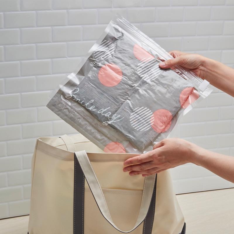 手で丸めて空気を抜くだけの簡単圧縮袋です。なにかと荷物の多い赤ちゃんとのお出かけ。かさばる紙おむつをコンパクトに圧縮してママの負担を軽減。
