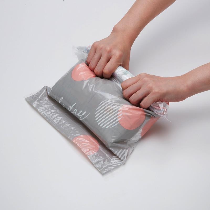 手で丸めて空気を抜くだけの簡単圧縮。外出先でも使えます。おむつ以外にタオル、衣類などを入れても。