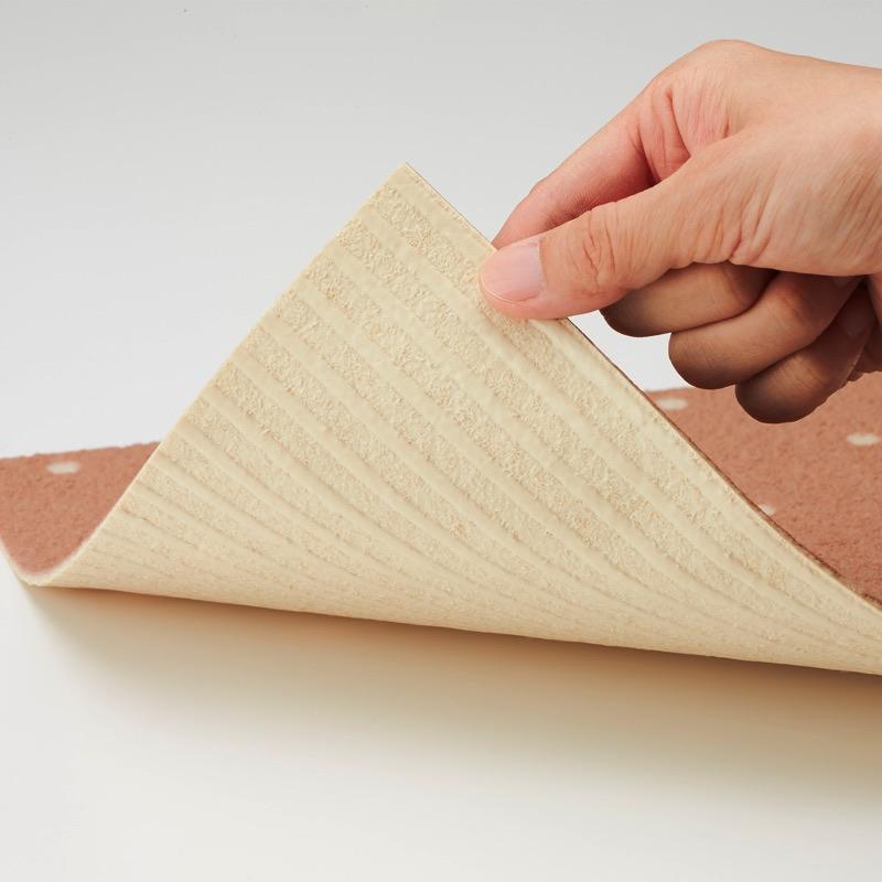 貼りやすくずれにくい裏面全面吸着素材。