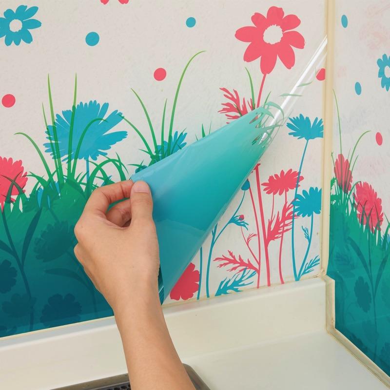 1枚目をめくると、違う柄が出てくるキッチンの壁汚れ防止シート。