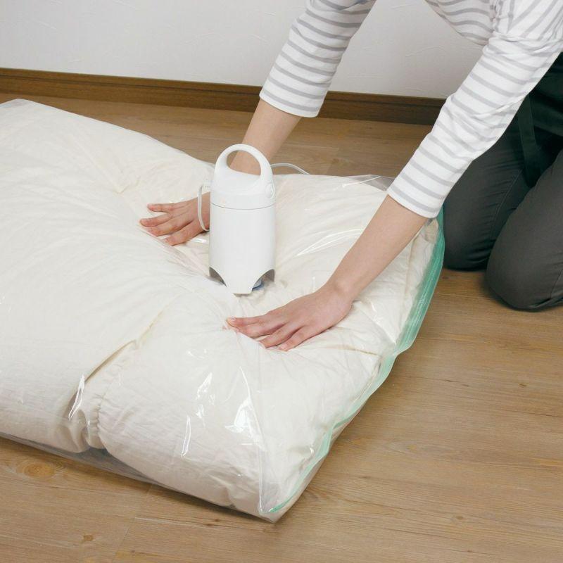 自立型で吸引中に手を離せるため、圧縮袋を手で整えながら圧縮できます。