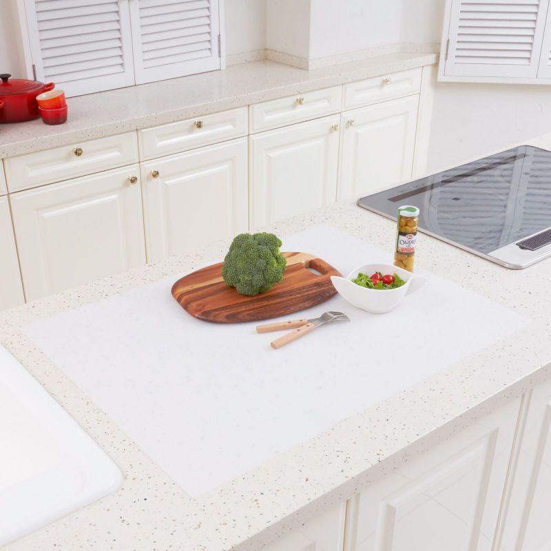 調理台をキズや汚れから保護するシリコン製のマット。60×80㎝サイズ。