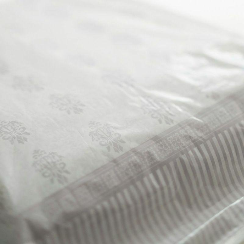 表面はおしゃれな柄入り、裏は透明。