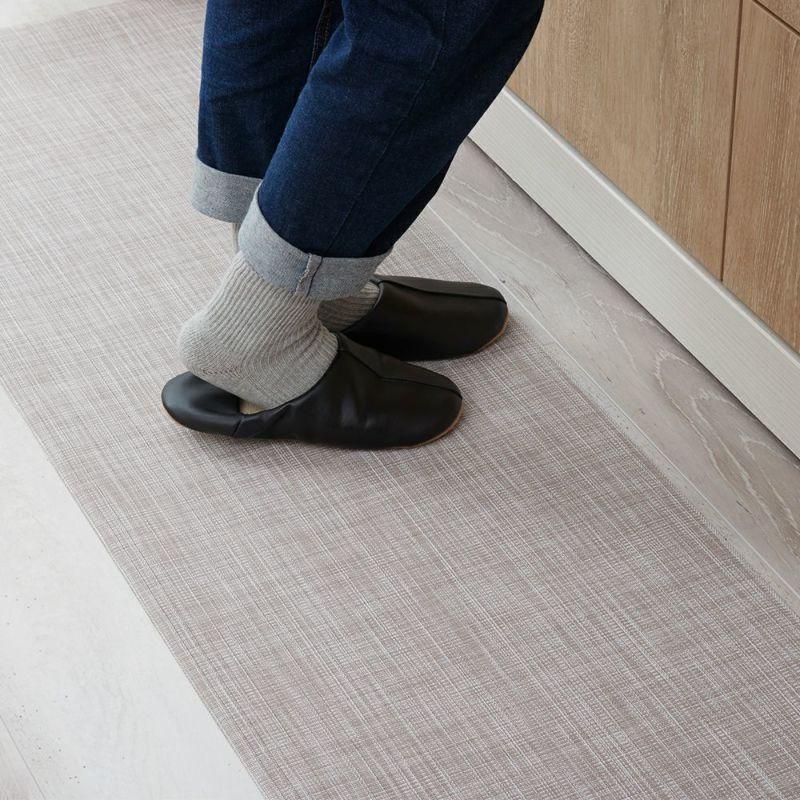 高級感を感じるスタイリッシュなデザインのキッチンマット。