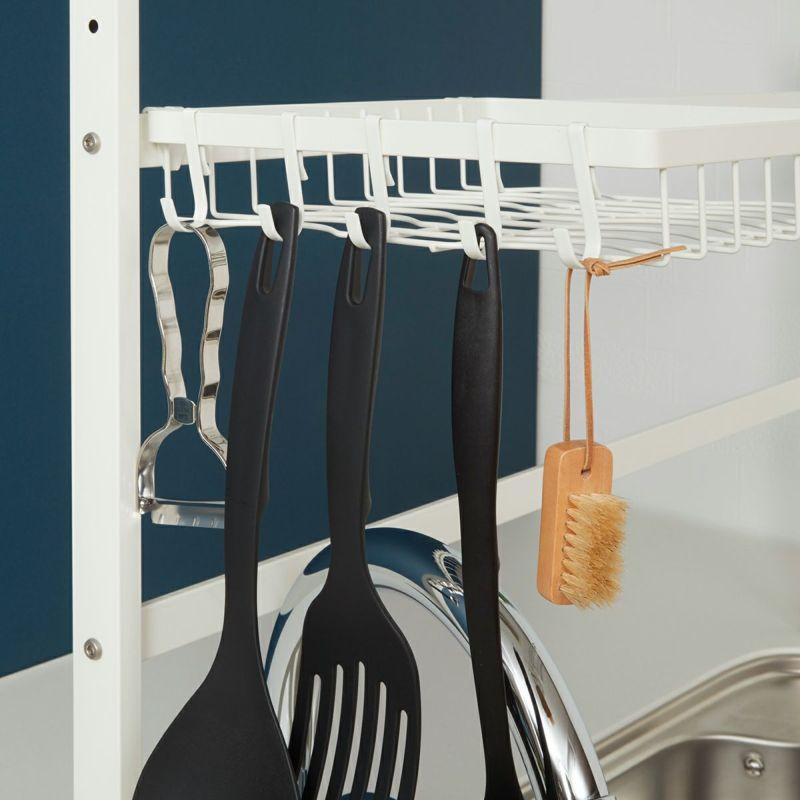 ラックの左右どちらにも取り付けできるフックには調理グッズをかけて使いやすく。