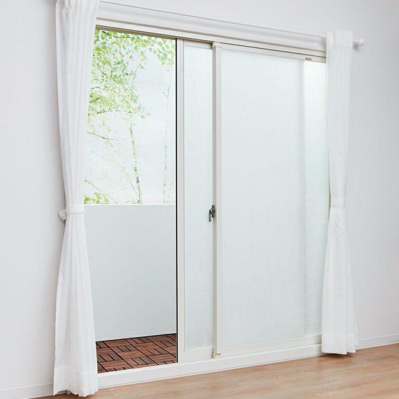 水もテープも不要ですが、事前に窓を濡らしておくと位置合わせや貼り直しがしやすく女性1人でも簡単に貼り付けられます。
