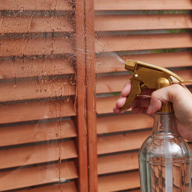水もテープも不要。事前に窓を濡らしておくと位置合わせや貼り直しがしやすく女性1人でも簡単に貼り付けられます。