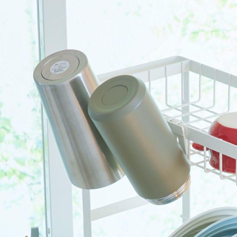 ホルダーにまな板を置いたり水筒、コップを掛けたりできて便利。
