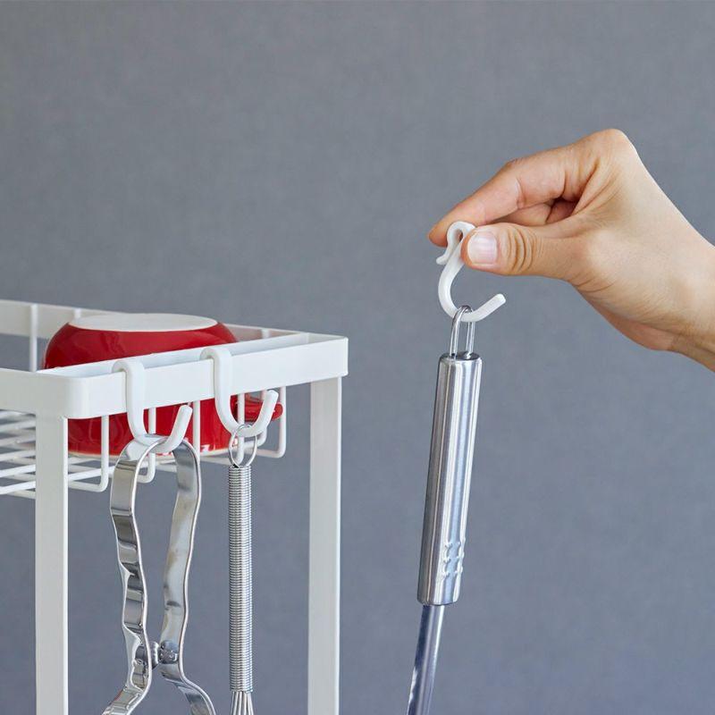 調理道具や小物を吊るすのに便利なフック付き。
