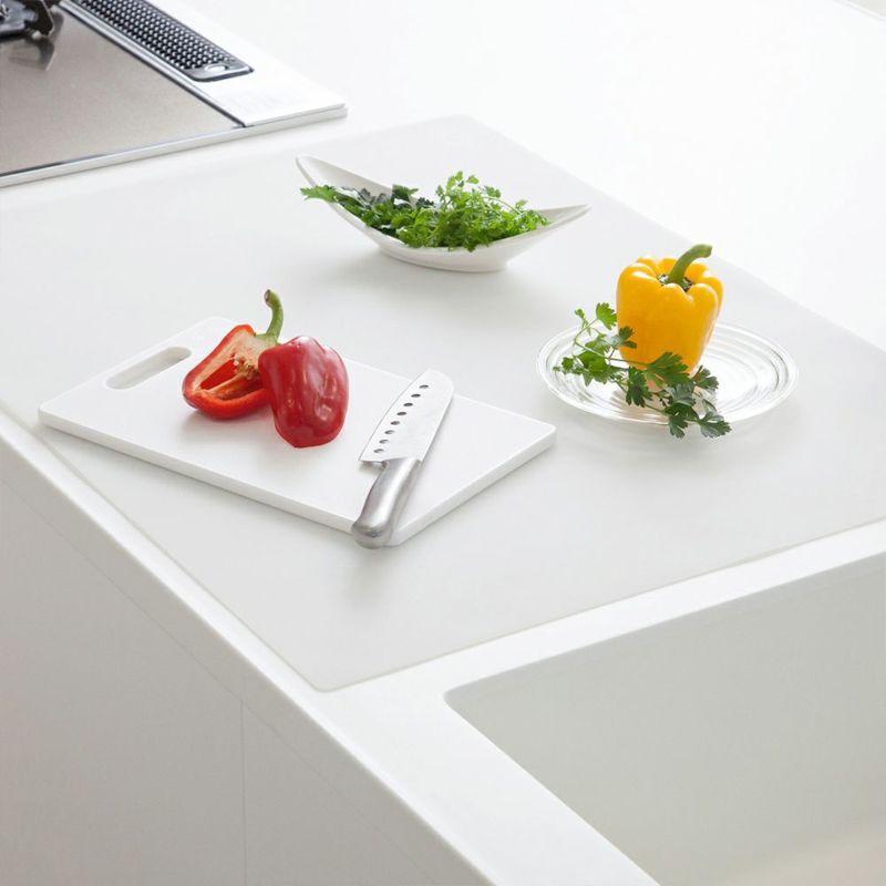 調理台をキズや汚れから保護するシリコン製のマット。60×80cm。