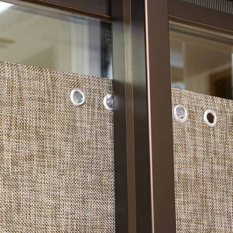 薄型吸盤だから取り付けたまま窓の開閉ができます。